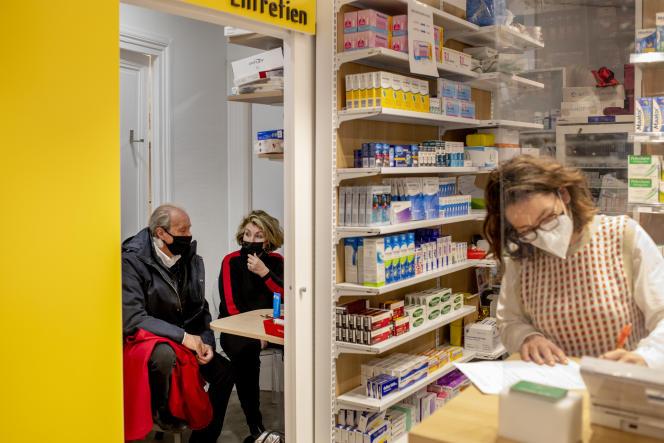 Isabelle Micholet-Constantin, 68 ans, attend en compagnie de son mari après avoir reçu une dose de vaccin,dans une pharmacieà Paris, le 15 mars.