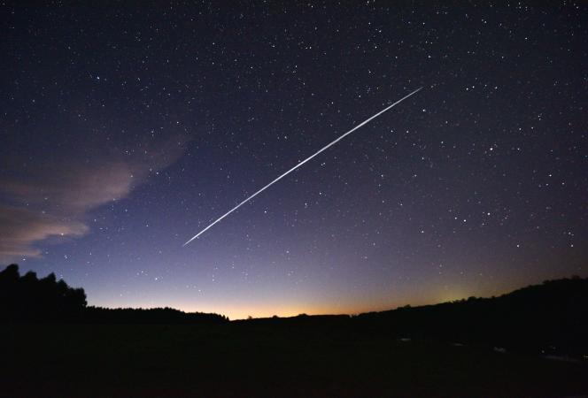 Piste d'un groupe de satellites SpaceX Starlink passant au-dessus de Capilla del Sauce (Uruguay), à environ 185 km au nord de Montevideo, le 7 février 2021.