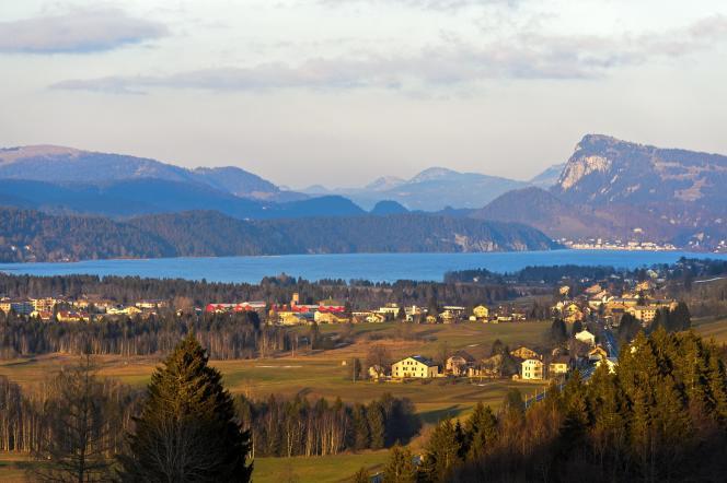 La vallée de Joux avec lac de Joux et le sommet Dent de Vaulion, en Suisse.