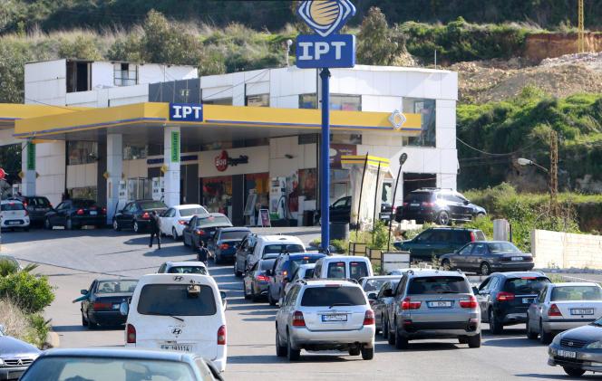 Des véhicules font la queue devant une station service à Msayleh, au Liban, le 16 mars 2021.