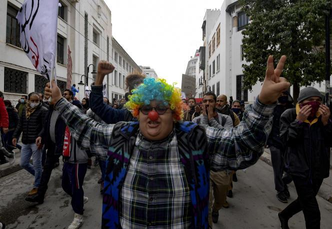 La militante féministe Rania Amdouni déguisée en clown lors d'une manifestation anti-gouvernementale à Tunis, le 23 janvier 2021.