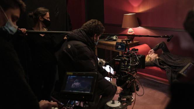 Julie Gayet sur le tournage de «Comme une actrice», de Sébastien Bailly, en mars 2021, à Paris.