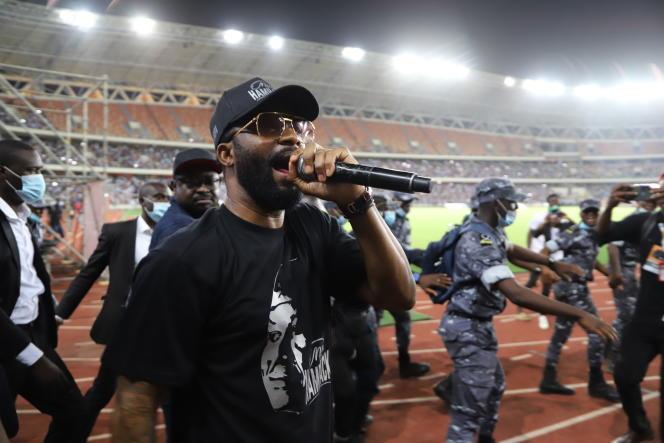 خواننده کنگویی ، فالی ایپوپا در استادیوم