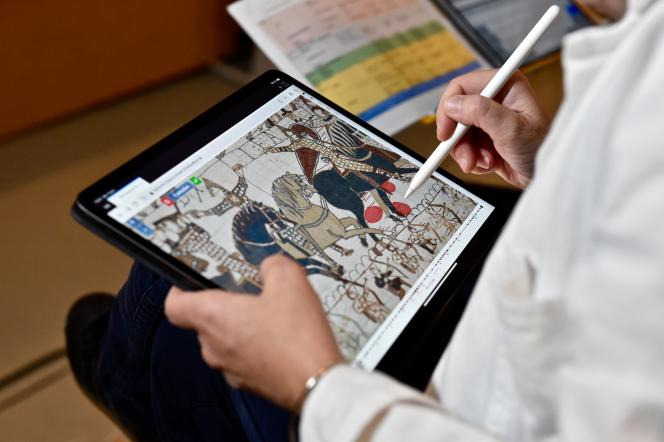 State report of the Bayeux tapestry by textile conservators, at the Bayeux Museum (Calvados), in January 2020.