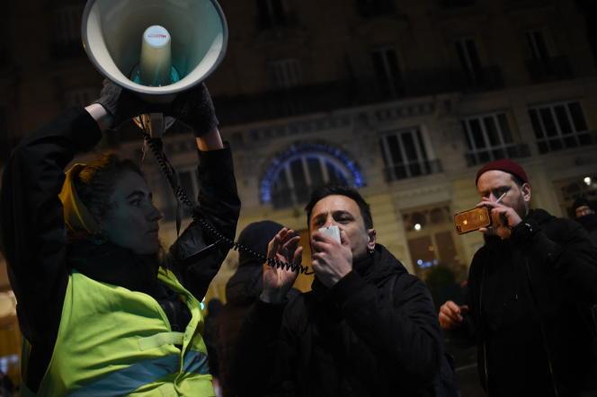 Des manifestants devant le Théâtre des Bouffes du Nord (Paris), où le président de la République, Emmanuel Macron, assistait à une représentation, le 17janvier2020.