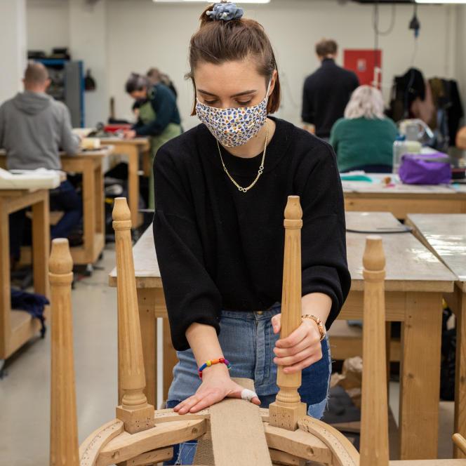 Chloé, apprentie en CAP de tapisserie,à la maison des Compagnons du devoir, à Pantin (Seine-Saint-Denis),le 15 mars.