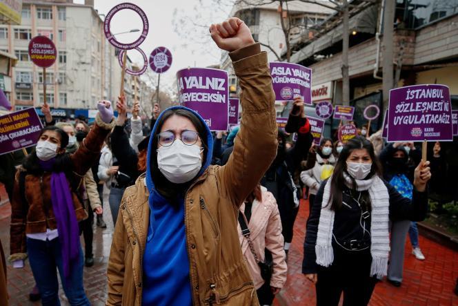 Des milliers de personnes ont manifesté samedi 20 mars en Turquie après son retrait de la convention d'Istanbul contre les violences faites aux femmes, comme ici à Ankara.