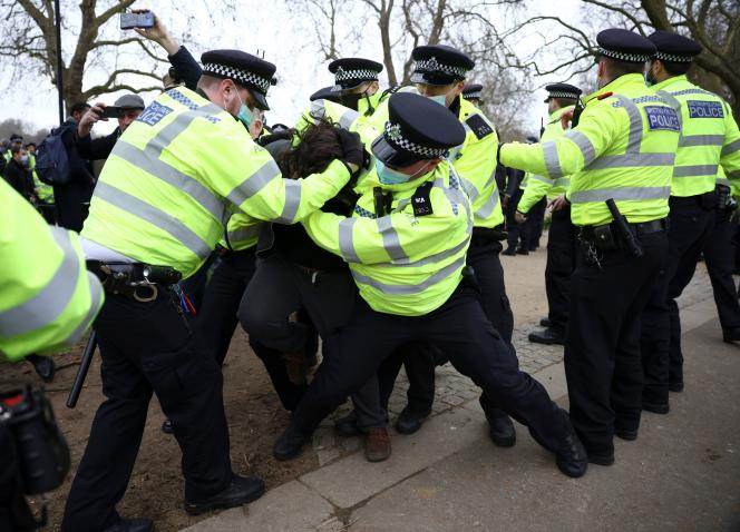 La police interpelle un manifestant qui dénonce les mesures sanitaires à Londres, le 20 mars 2021.