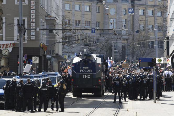 Les forces de l'ordre ont fait usage de gaz au poivre contre un groupe de manifestants qui tentait de se frayer un passage à travers un cordon de police.