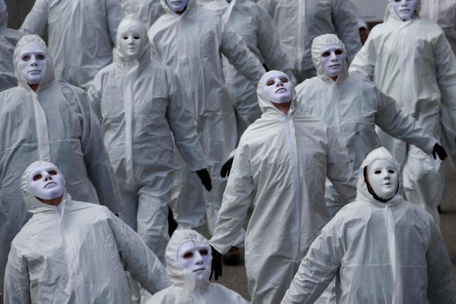 Plus de 5 000contestataires, dont certains portaient une combinaison de protection blanche, ont participé, au son d'une musique funèbre, à cette «manifestation silencieuse», à Liestal, en Suisse, le samedi 20mars 2021.