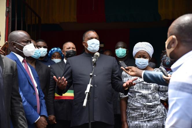 Le président Denis Sassou Nguesso parle aux journalistes après avoir voté devant le bureau de vote à Brazzaville, au Congo-Brazzaville, le 21 mars 2021.