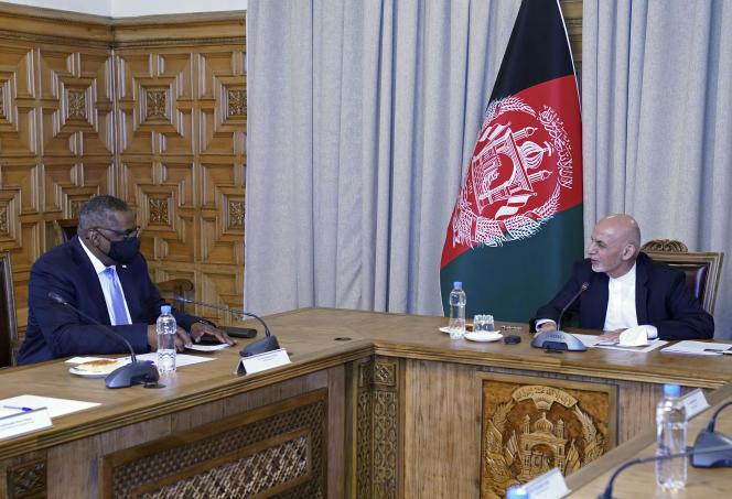 El secretario de Estado de Estados Unidos, Lloyd Austin, y el presidente afgano, Ashraf Ghani, el 21 de marzo en Kabul.