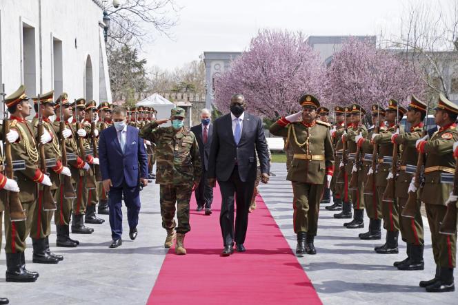 Le secrétaire d'Etat américain Lloyd Austin (au centre), à côté du ministre de la défense afghan Yasin Zia, à Kaboul, le 21 mars 2021.