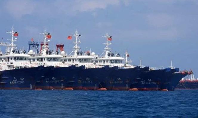 Des navires miliciens chinois alignés en mer de Chine du Sud, le 22 mars 2021.