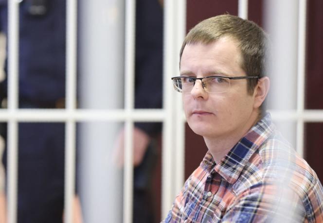 Artyom Sorokin, un médecin accusé d'avoir divulgué les informations médicales d'un manifestant aux médias, est assis dans la cage d'un accusé lors d'un procès à Minsk, le 19 février 2021.
