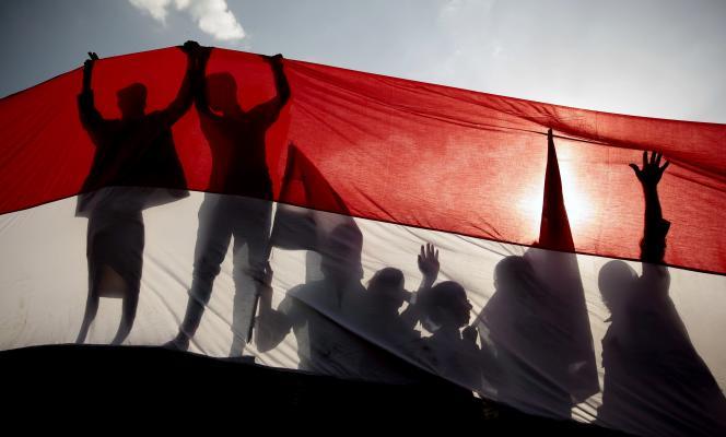 Le drapeau yéménite déployé à l'occasion de l'anniversaire de la révolution de 1962 à Sanaa, le 26 septembre 2016. Les rebelles houthistes ont refusé, lundi 22 mars, le cessez-le feu proposé par l'Arabie saoudite qui soutient les forces gouvernementales.