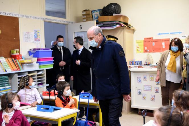 Le ministre de l'éducation nationale, Jean-Michel Blanquer, visite une classe dans une école primaire de La Ferté-Milon (Aisne), le 22mars 2021.