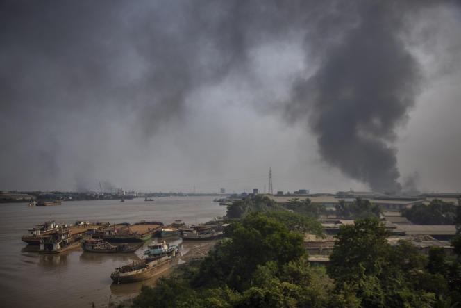 Un nuage de fumée se dégage de la zone industrielle de Hlaing Thar Yar, en banlieue de Rangoun (Birmanie), le 14 mars.
