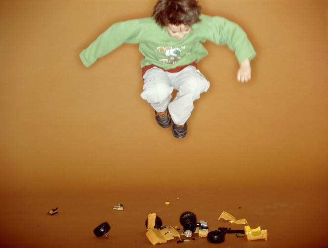Enfant sautant sur son jouet pour le casser.