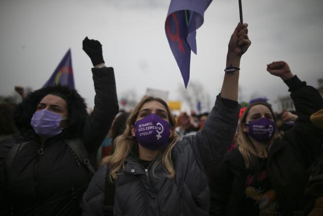 Manifestation à Istanbul, le 20 mars 2021, pour protester contre la décision du président turc, Recep Tayyip Erdogan, de retirer son pays de la Convention d'Istanbul sur les droits des femmes.