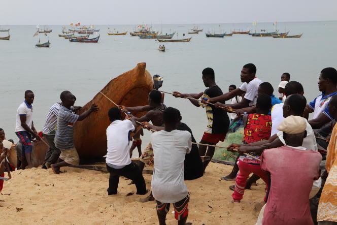 A Grand-Béréby, en mars 2021, dans le sud-ouest de la Côte d'Ivoire, les grosses pinasses sont remontées sur la plage avant la nuit. Au loin,les grandes pirogues des pêcheurs ghanéens.