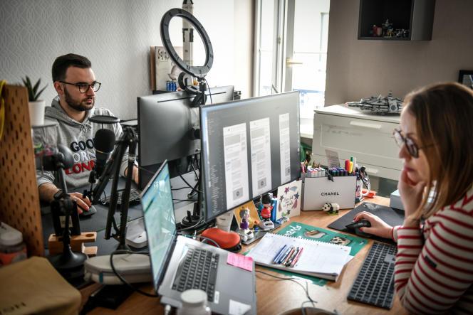 Emilie et Mathieu Satostefano télétravaillent dans le même bureau de leur domicile à Niort, le 18 mars.