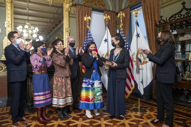 Deb Haaland (au centre), ministre de l'intérieur, lors de son serment d'investiture à la Maison Blanche, le 18 mars 2021.