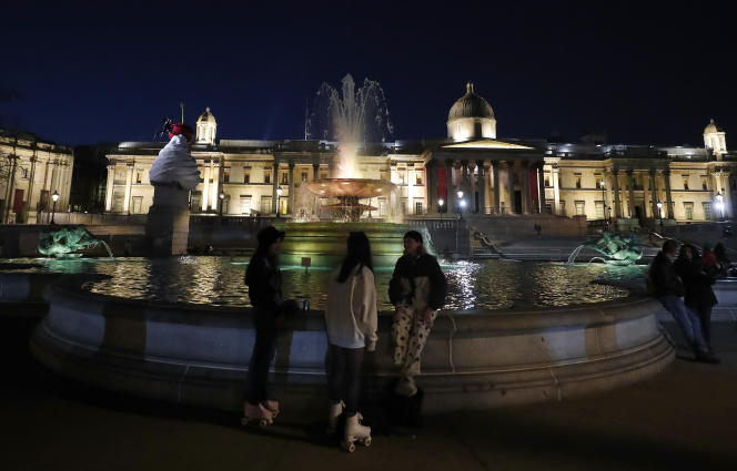 Enlightened Trafalgar Square on Tuesday, 23 March in memory of the dead of Kovid-19 in the United Kingdom, exactly one year after the first imprisonment.
