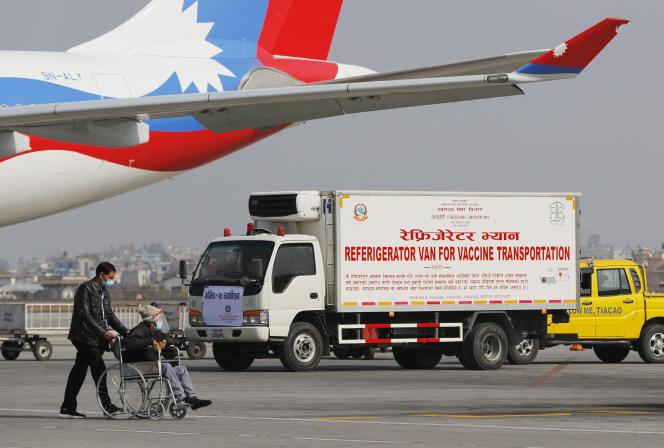 Une camionnette transporte les vaccins AstraZeneca, fabriqués sous licence par le Serum Institute of India, à l'aéroport international de Tribhuvan, à Katmandou, au Népal, le 21 janvier 2021.