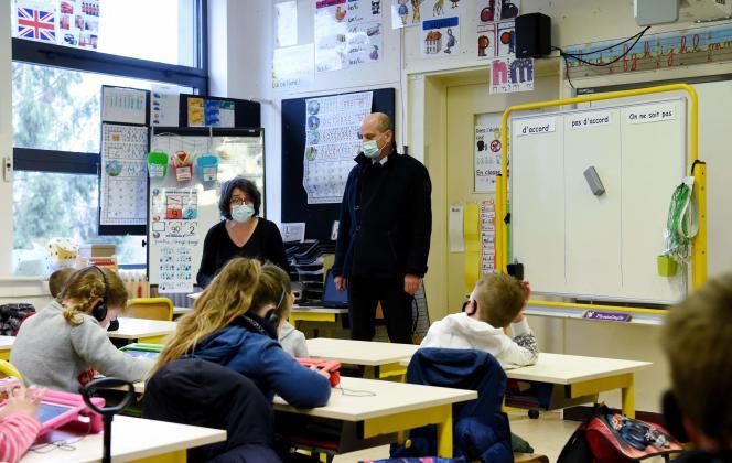 Jean-Michel Blanquer visite une salle de classe d'une école primaire de La Ferté-Milon (Aisne), dans le cadre du déploiement d'une campagne nationale de test salivaire dans les écoles, le 22 mars 2021.