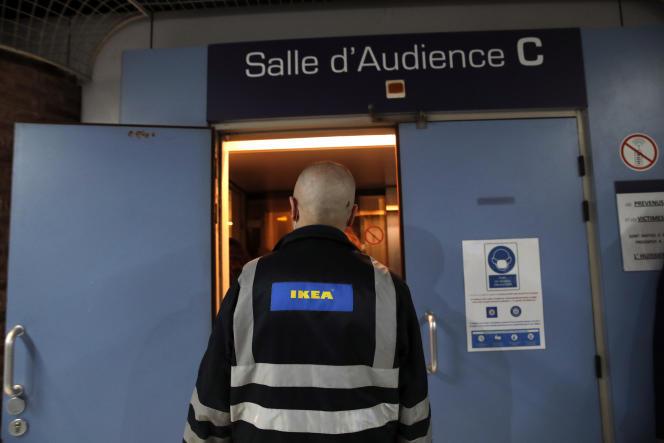 Un employé d'Ikea pénètre dans la salle d'audience du palais de justice de Versailles, lundi 22 mars.