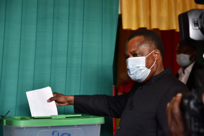 Le président sortant Denis Sassou-Nguesso en train de voter à Brazzaville, le 21 mars 2021.