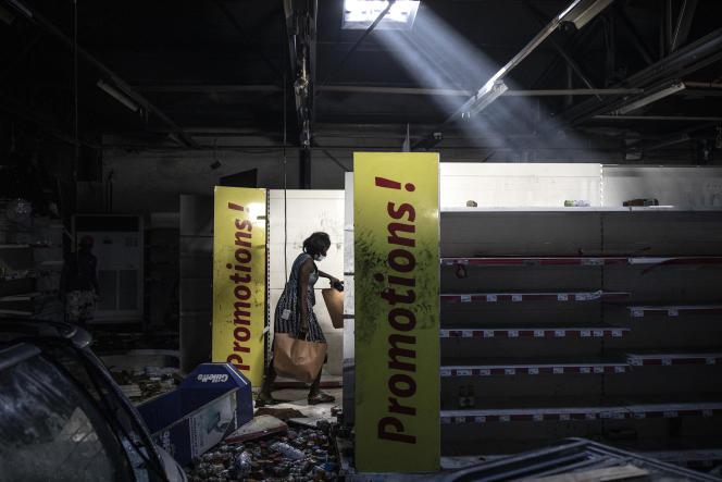 Lors du pillage d'un supermarché Auchan, à Dakar, le 6mars 2021.