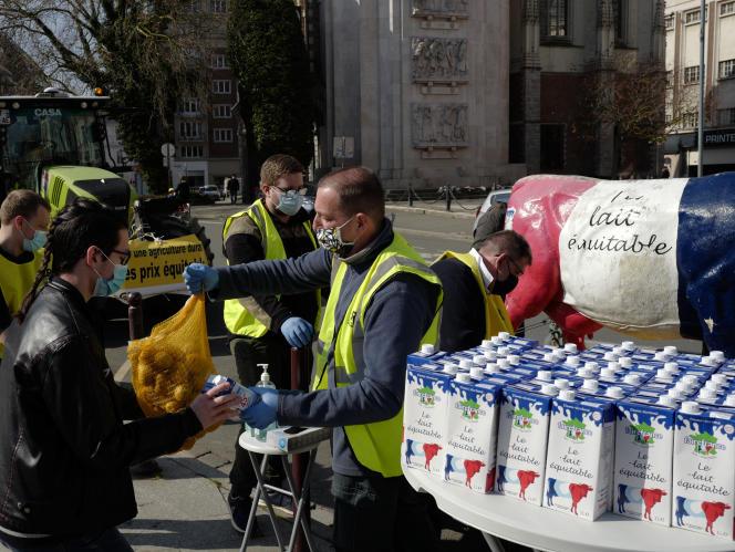 Des agriculteurs distribuent des pommes de terre et du lait à des étudiants à Lille, le 24 mars 2021. La crise sanitaire a fait sombrer de nombreux jeunes dans la précarité.