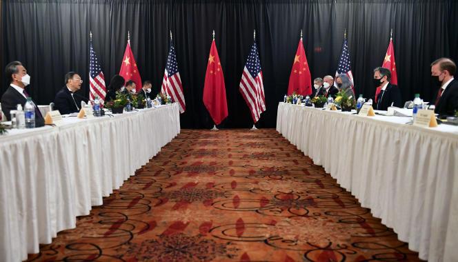 Le secrétaire d'Etat Antony Blinken (deuxième à droite), accompagné par le conseiller à la sécurité nationale Jake Sullivan (à droite), s'exprime face au ministre des affaires étrangères du Parti communiste chinois, Yang Jiechi, le 18 mars, àAnchorage (Alaska).