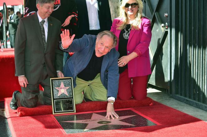 L'acteur George Segal, sur le Walk of Fame, à Hollywood (Californie), en 2017.