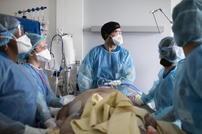 Dans le service de réanimation de l'hôpital Henri-Mondor à Créteil (Val-de-Marne), le 22 mars.