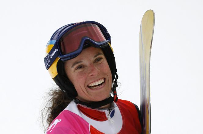 Julie Pomagalski, après la course de slalom géant parallèle de snowboard féminin des Jeux olympiques d'hiver de Turin 2006 à Bardonecchia, en Italie.