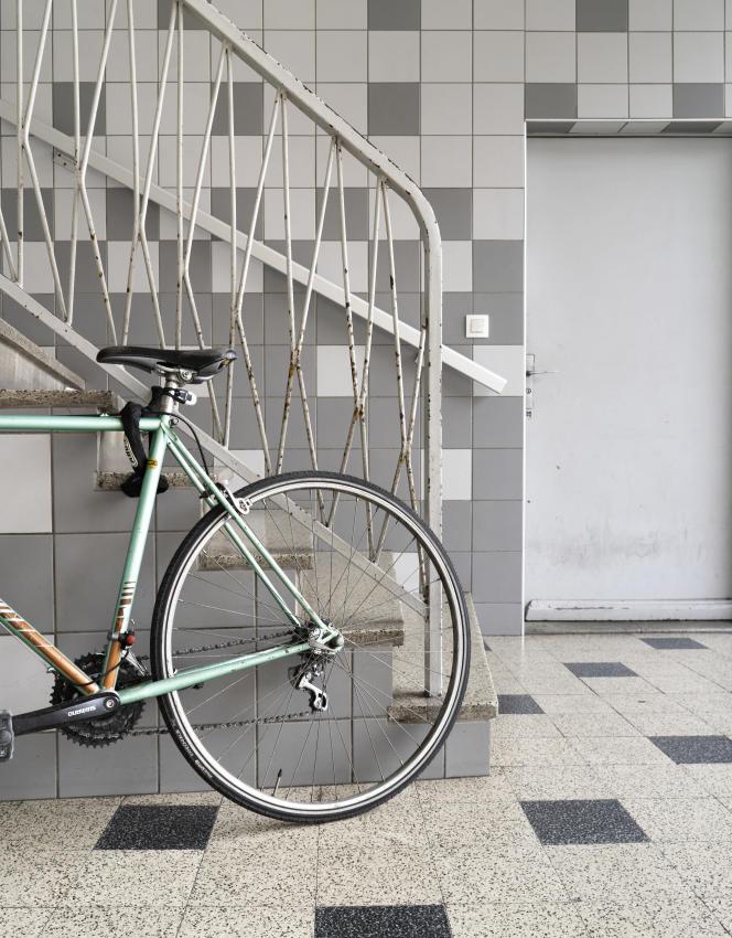 Faute de local dédié, les utilisateurs de vélo doivent souvent garer leur engin dans le hall d'entrée ou la cour intérieure de leur immeuble.