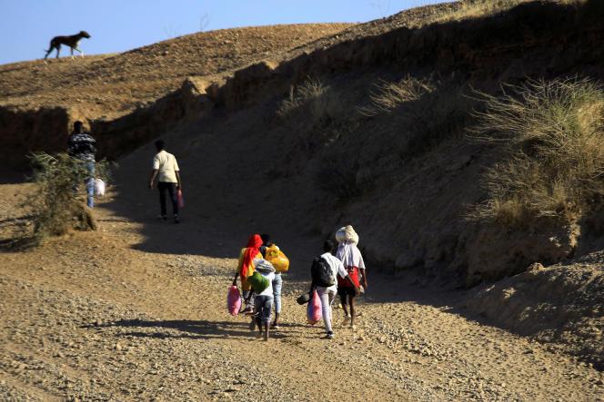 Des Ethiopiens fuient les combats dans la région du Tigré, après avoir traversé la rivière qui marque la frontière entre le Soudan et l'Ethiopie, en décembre 2020.