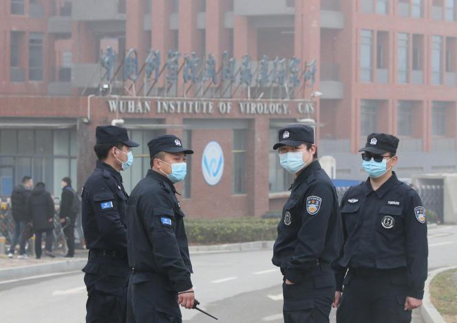 Des agents de sécurité contrôlent l'entrée de l'Institut de virologie de Wuhan, dans la province de Hubei, en Chine, le 3 février.