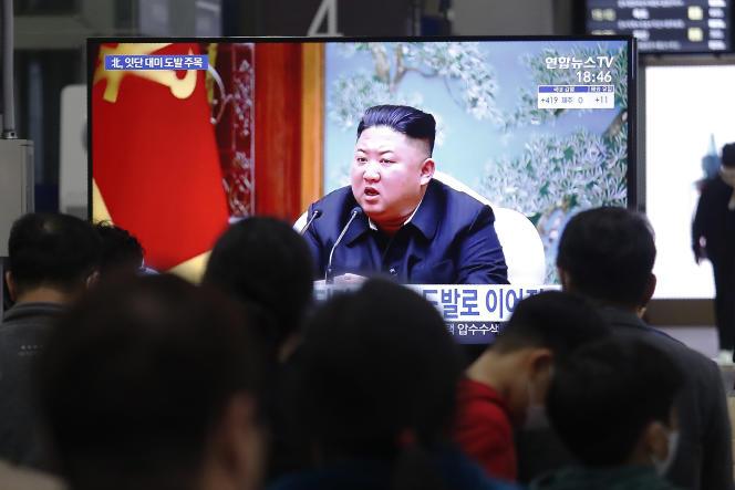 A Séoul (Corée du Sud), le 25 mars 2021, pendant la diffusion d'un discours du dirigeant nord-coréen Kim Jong-un.