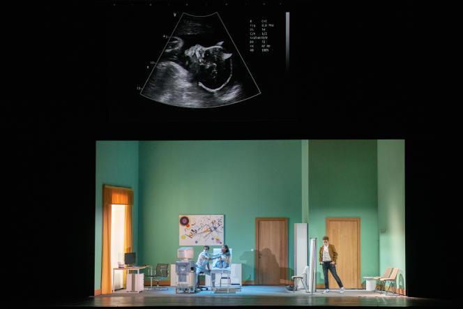 Une scène de« Faust» dans la nouvelle production de Tobias Kratzer à l'Opéra de Paris:Méphisto se substitue à Faust pour mieux engrosser Marguerite d'un diablotin que l'on découvrira sur l'échographie prénatale délivrée par un cabinet médical.