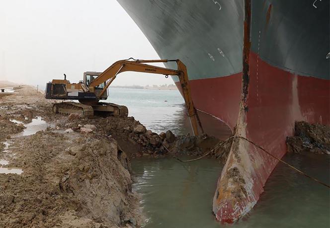 Rettungsteams sind am 25. März 2021 damit beschäftigt, Sand zu graben.