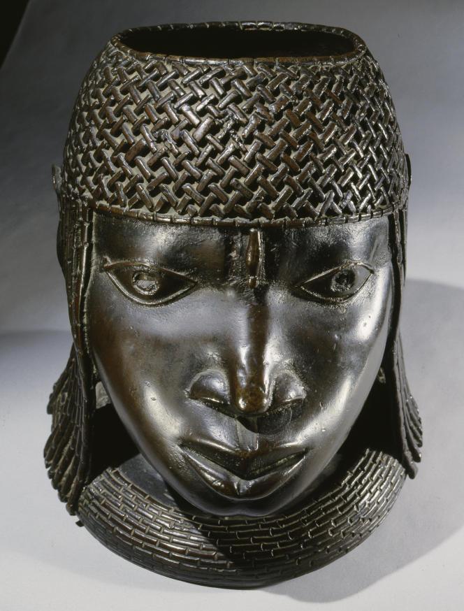 Une tête d'Oba (roi) du royaume d'Edo en bronze appartenant aux collections du British Museum.