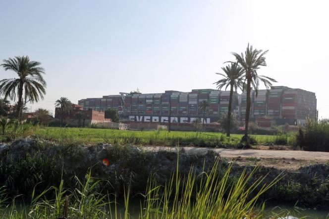 Containerschiff von den Ufern des Suezkanals am 26. März 2021 gesehen.