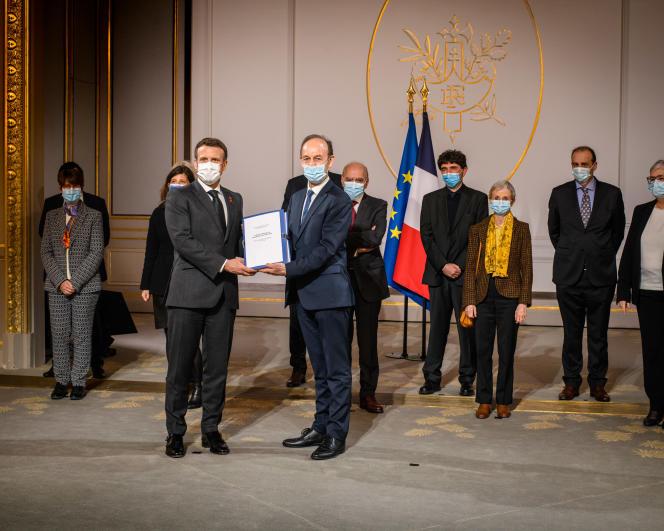Le président de la République, Emmanuel Macron, reçoit les membres de la commission de recherche, le 26mars, à l'Elysée, à Paris.