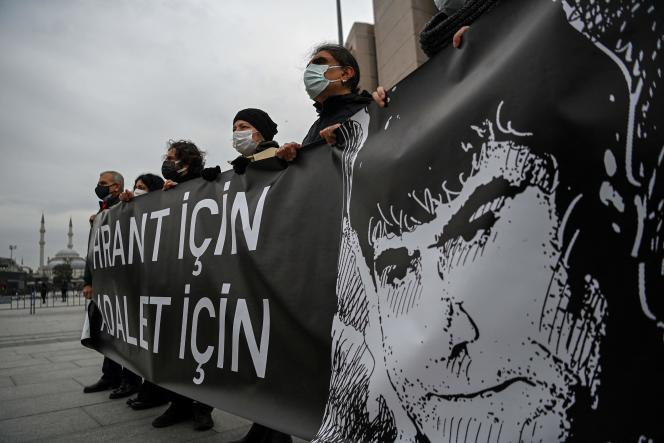 Des manifestants commémorent la mort du journaliste d'origine arménienne Hrant Dink, tué en 2007, à Istanbul le 26 mars 2021.
