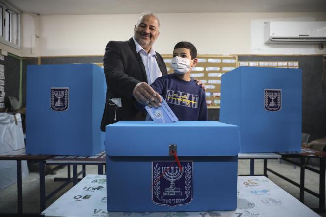 Mansour Abbas, kepala Daftar Arab Bersatu, akan memberikan suara untuk pemilihan legislatif Israel pada 23 Maret 2021 di tempat pemungutan suara di Maghar, Israel.