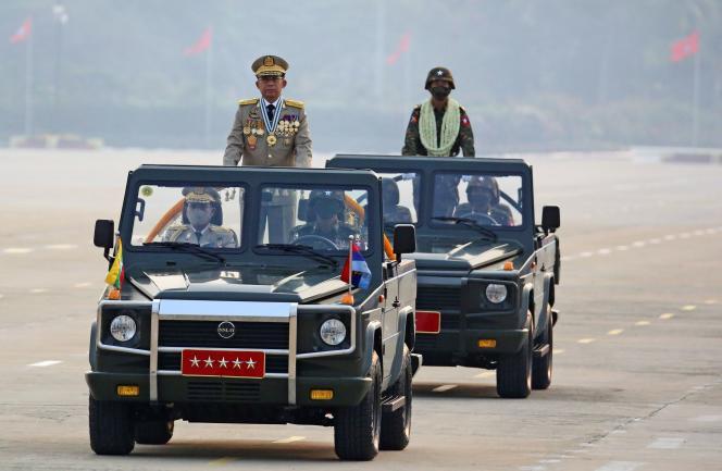 Ο στρατηγός Min Aung Hlaing, επικεφαλής της κυβερνητικής στρατιωτικής χούντας της Βιρμανίας, κατά τη διάρκεια της στρατιωτικής παρέλασης της 27ης Μαρτίου στο Napypyitaw (Βιρμανία) στις 27 Μαρτίου.